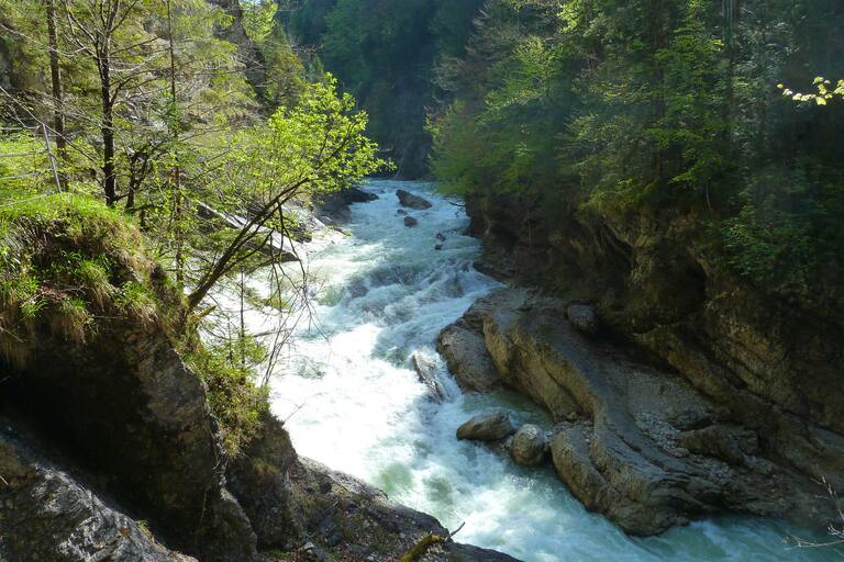 Wandern in der Tiefenbachklamm im Rofangebirge in Tirol
