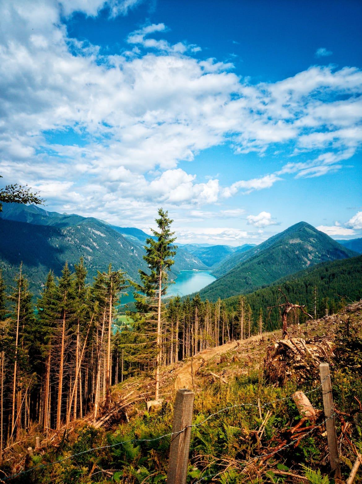 Der türkisblaue Weissensee am Fuße der Gailtaler Alpen