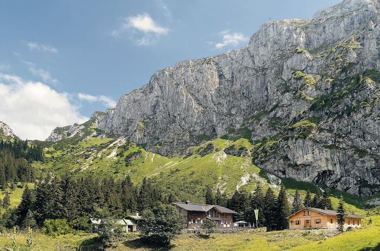 Die Tutzinger Hütte (1.327 m) unterhalb der Benediktenwand
