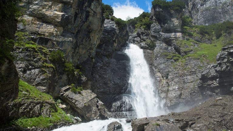 Die Wasserfälle am Panixer Stausee in der Surselva in Graubünden