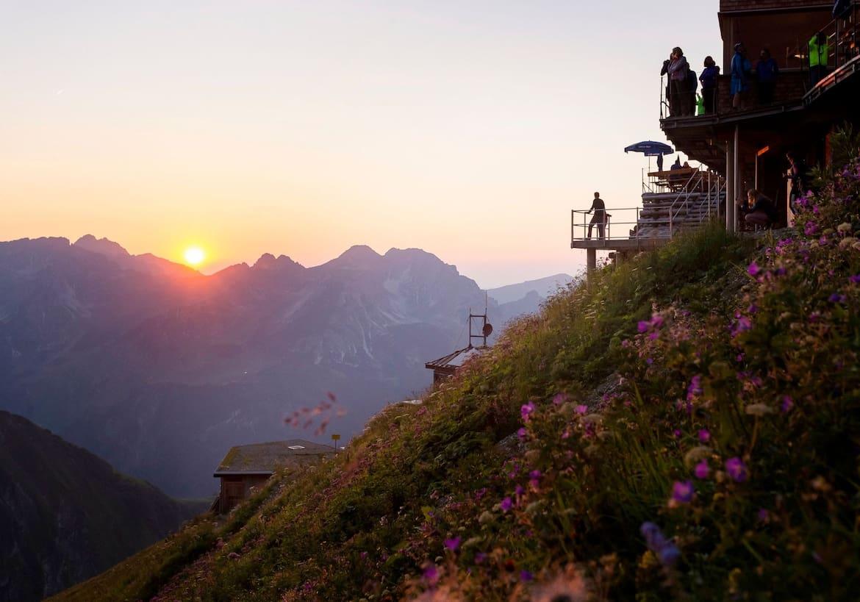 Von der Terrasse des Waltenbergerhauses kann der Sonnenuntergang betrachtet werden