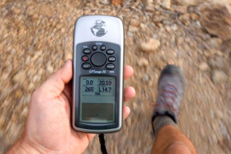 Höhenmesser: Wanderer mit GPS-Gerät