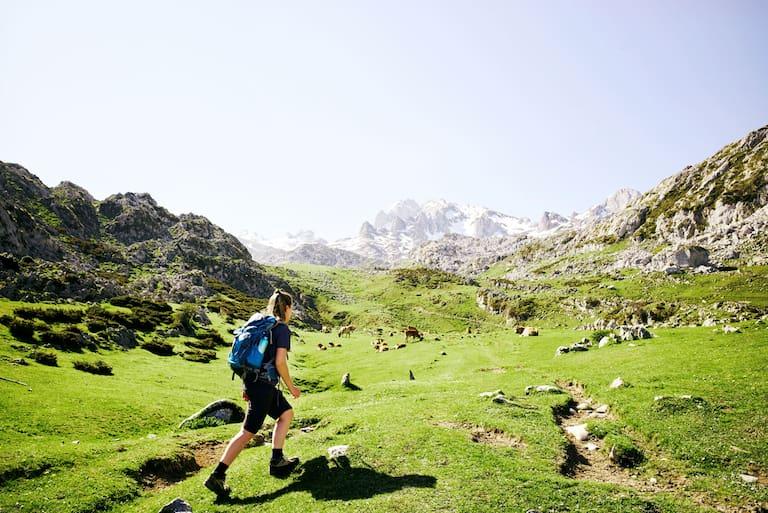 Wanderin im Nationalpark Picos de Europa in Spanien