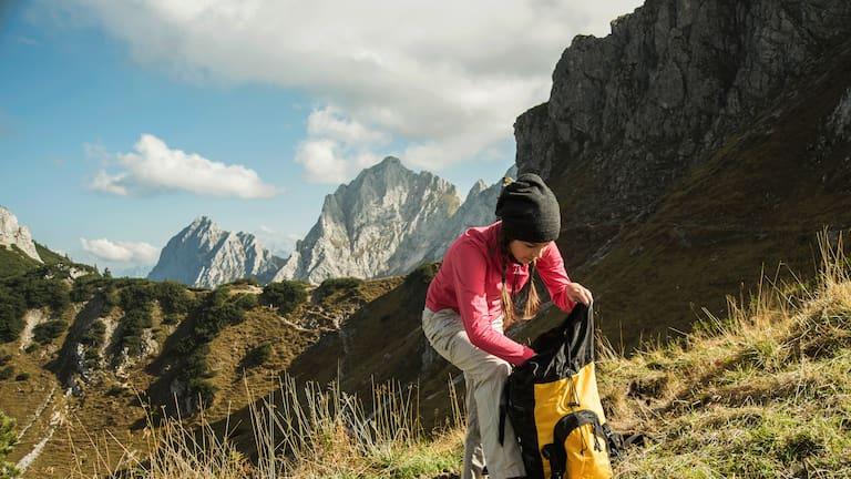 Rucksack packen: Wanderin im Tannheimer Tal in Tirol