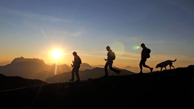 Wandern am Hochplateau Steinplatte in den Chiemgauer Alpen an der Grenze von Bayern und Tirol