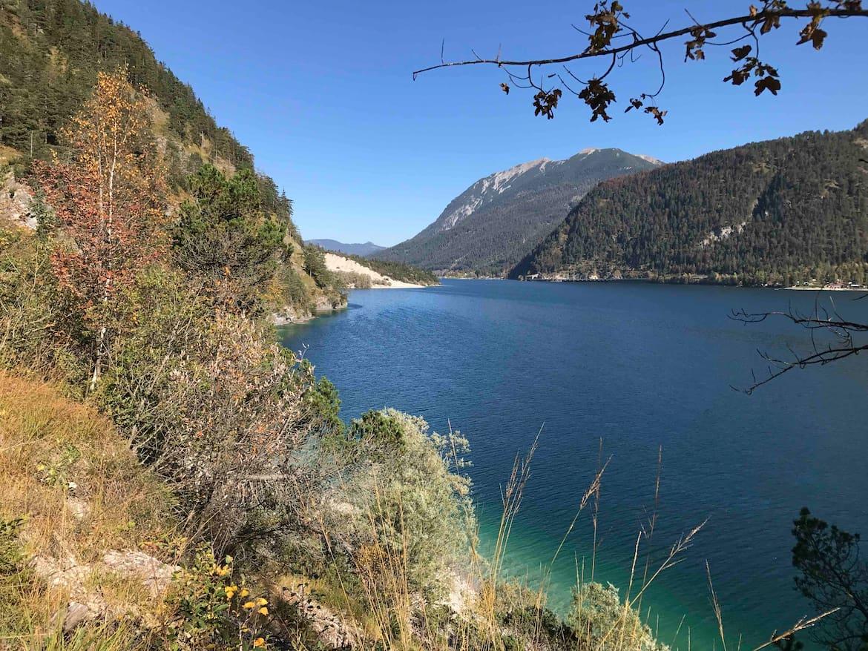 So wunderschön ist der Achensee im Herbst.