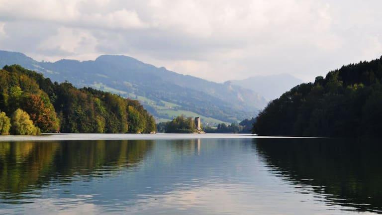 Blick auf den Lac de la Gruyère im Kanton Freiburg