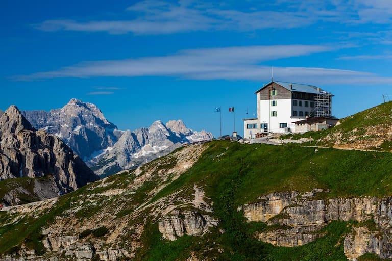 Am Fuße der berühmten Drei Zinnen: Die Auronzohütte (2.333 m)