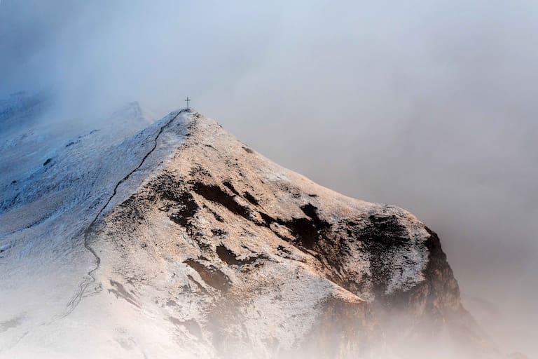 Am Wochenende wird es kälter und die Schneefallgrenze sinkt bis in manche Täler. Frühwinterliche Stimmung am Ladizköpfle (1.921m) im Karwendel
