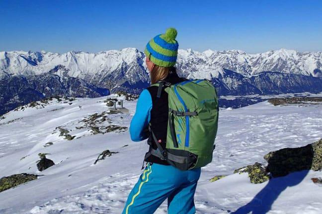 Freeriderin vor Bergpanorama