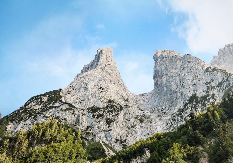Mächtige Felsblöcke erwarten die Kletterer am Wilden Kaiser