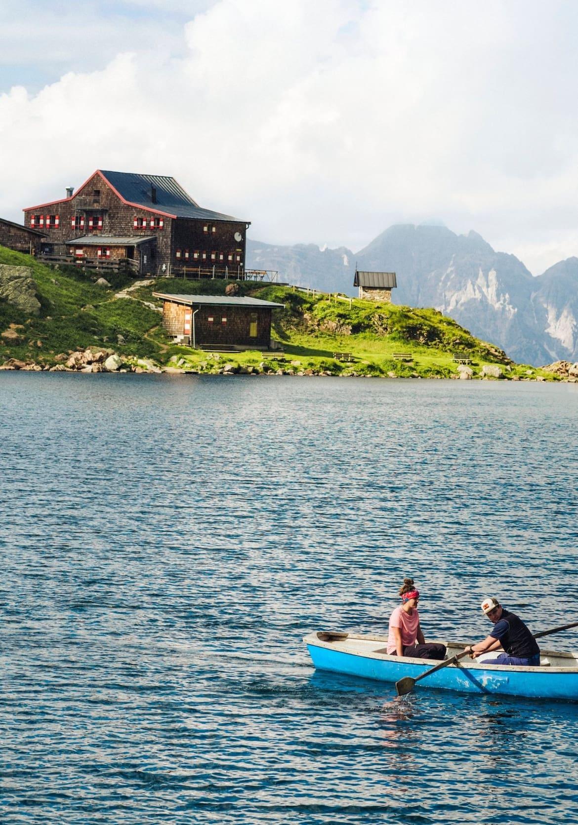 Eine Ruderpartie am See, direkt dahinter das Wildseeloderhaus