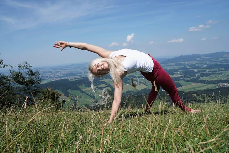 Kraft, Ruhe und Gelassenheit durch Yoga am Berg.