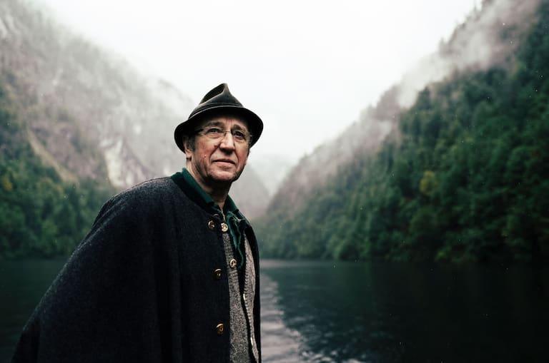 Albrecht Syen, Besitzer der Fischerhütte am Toplitzkarsee, kann dunkle Geschichten von versenkten Nazischätzen erzählen.