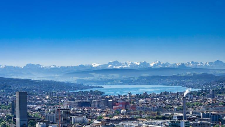 Zürich: Blick über die Stadt in die Berge