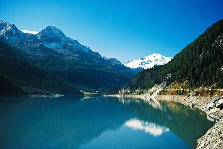 Südtirol: Zufritt-Stausee im Martelltal mit Blick auf die Zufallspitze