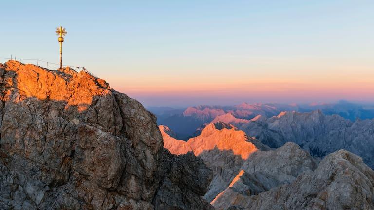 Blick über den Gipfel der Zugspitze ins Wettersteingebirge in Bayern