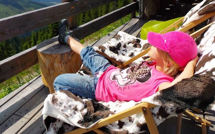 Auf der Terrasse der Dauerstoa Alm kann man herrlich entspannen.