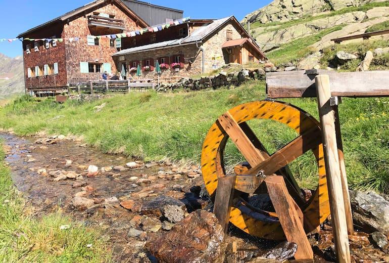 Die Edmund-Graf-Hütte mit dem kleinen Wasserrad.