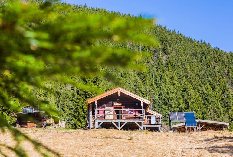 Die Gründhütte (1.195 m) ist eine urige kleine Selbstversorgerhütte am Hirschberg beim Tegernsee in Bayern.