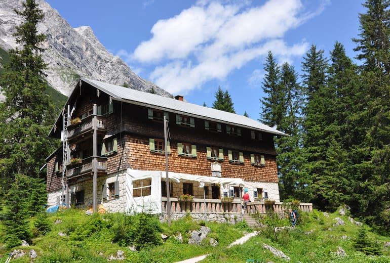 Die Reintalangerhütte steht am wohl idyllischten Flecken im Wettersteingebirge in Bayern.