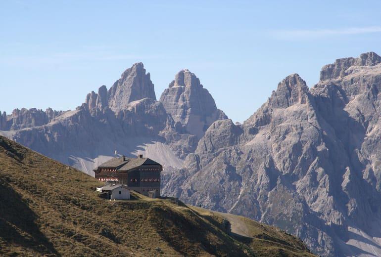 Die Sillianer Hütte vor den Sextener Dolomiten.