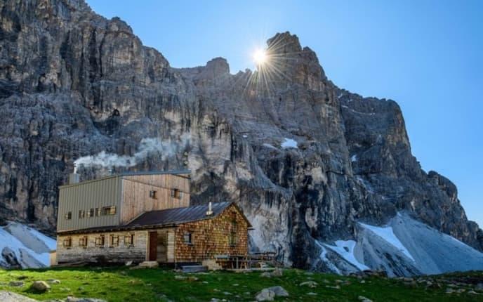 Die Südtiroler Tribulaunhütte am Sandsee