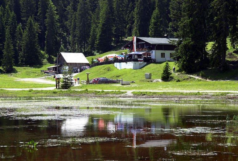 Wildmoosalm im Sommer mit dem See im Vordergrund