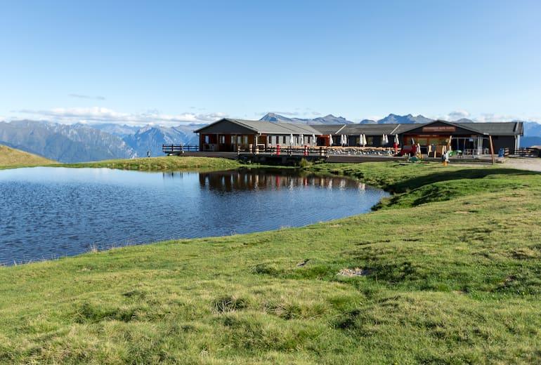 Das Bergrestaurant Alpe Foppa mit See