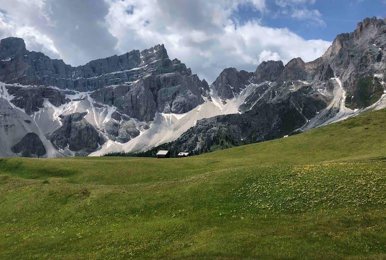 Blick über die Almwiesen zur Ütia Ciampcios