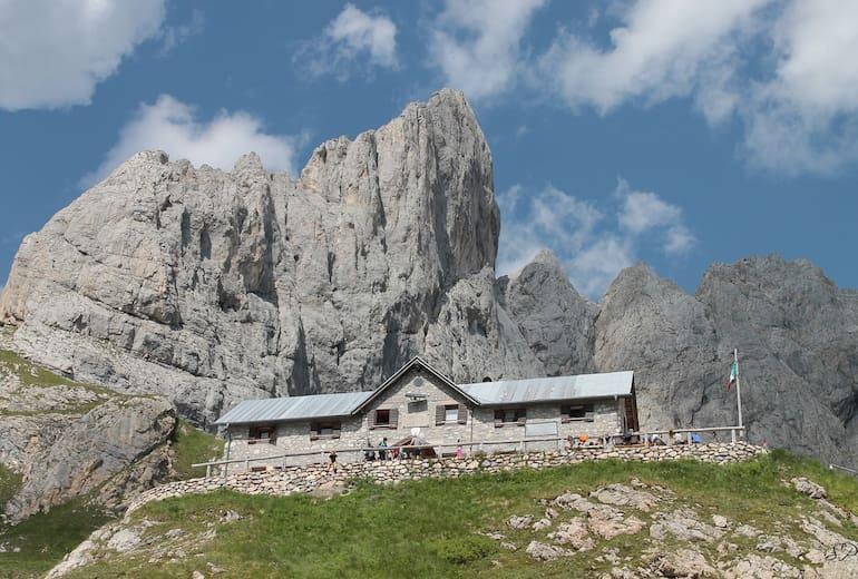 Die Calvin Hütte mit dem Monte Chiadenis