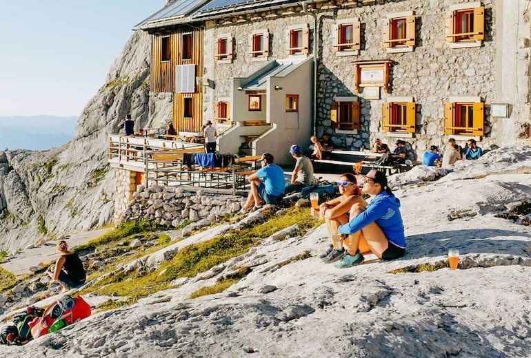 Auf der Adamekhütte haben die Gäste einen edlen Platz in der Abendsonne