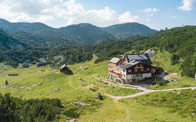 Die Gjaidalm auf 1.738 Metern ist Ausgangspunkt für zahlreiche Touren am Dachstein
