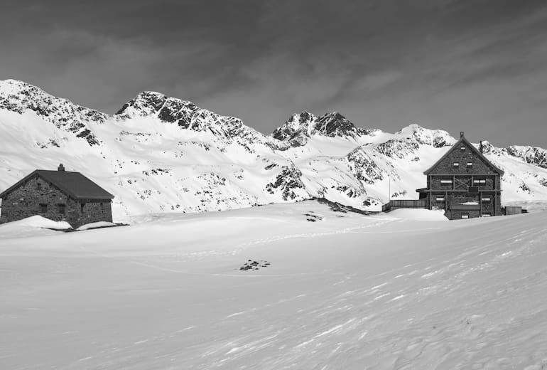 Hochwildehütte (mitte) und Fidelitashütte (rechts)
