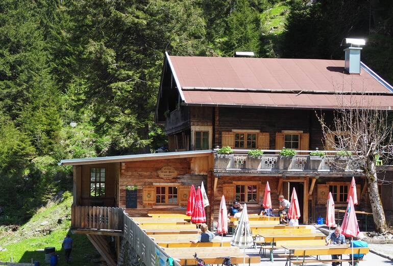 Die Sonnenterrasse der Grünen Wand Hütte im Stillupgrund
