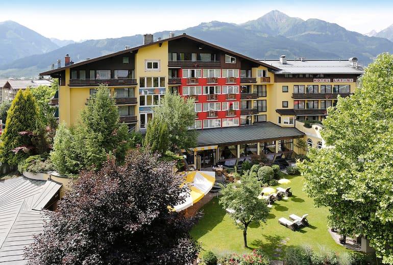 Hotel Latini Aussenansicht Sommer